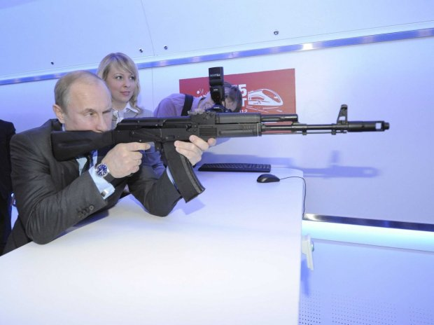 here-putin-trains-with-an-assault-rifle-simulator